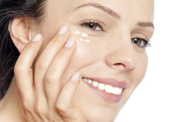 Khi thoa kem mắt dùng ngón áp út massage nhẹ nhàng