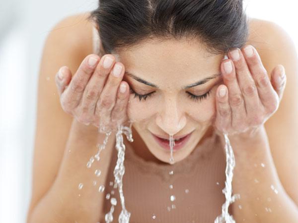 rửa mặt bằng nước ấm hằng ngày, rửa mặt bằng nước ấm hằng ngày có tốt không